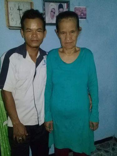 Ade Irawan menunjukkan kehamilan istrinya.