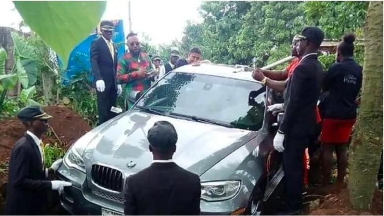 Pria Ini Kubur Mendiang Ayahnya Bersama Mobil BMW Foto: Pool (Naija)