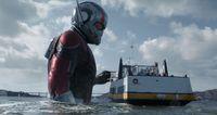 Ant-Man saat jadi raksasa di depan orang-orang (Marvel Studios)