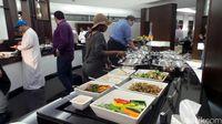 Traveler mengambil makanan secara buffet (Wahyu/detikTravel)