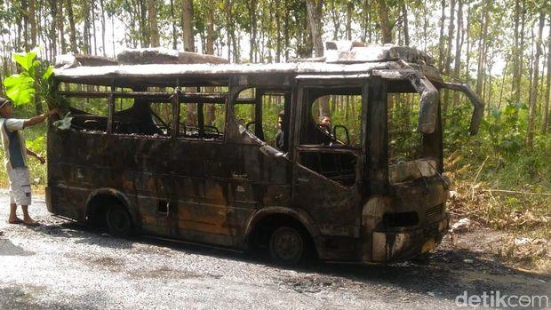 Bangkai bus yang terbakar di Rembang.
