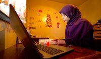 Amel sedang belajar.