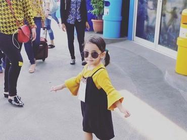 Gimana gaya Khanza, Bun? Udah cocok jadi turis belum? (Foto: Instagram @khanzariphat)