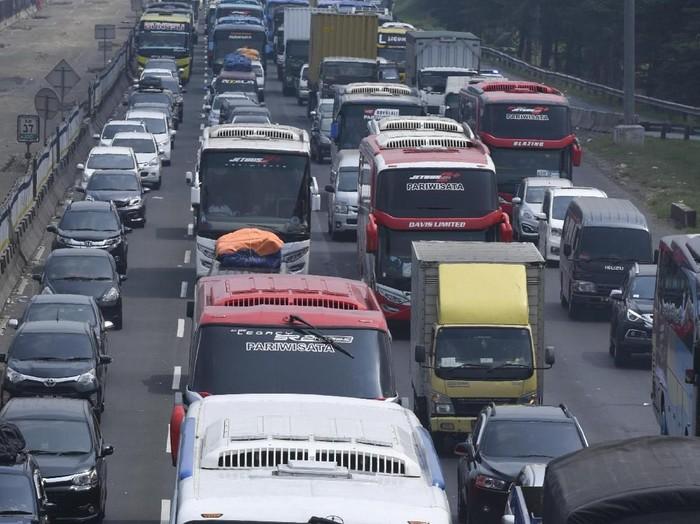 Sejumlah kendaraan terjebak kemacetan di ruas Tol Jakarta-Cikampek KM 37, Cikarang, Bekasi, Jawa Barat, Minggu (10/6). ANTARA FOTO/Hafidz Mubarak A/kye/18