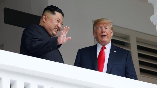Dari balkon, Trump mengatakan pertemuan dengan Kim Jong-un berjalan dengan sangat baik.