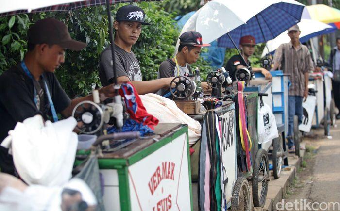 Hingga H-3 Lebaran, sejumlah penjahit keliling di kawasan Lenteng Agung, Jakarta, masih menerima order untuk permak pakaian.