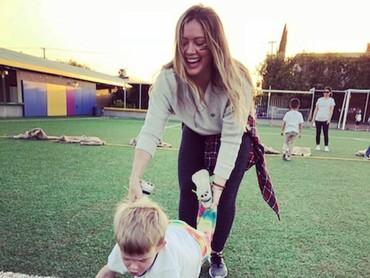 Ketika ada kegiatan sekolah, Hilary juga sering menemani Luca lho. (Foto: Instagram/hilaryduff)