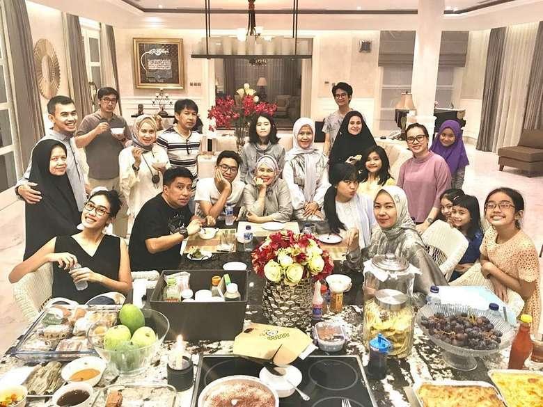 Kalau foto keluarga ini baru saja diambil beberapa hari lalu. Keluarga besar Rohali berkumpul untuk buka puasa bersama. Seru banget! Foto: instagram @arohali