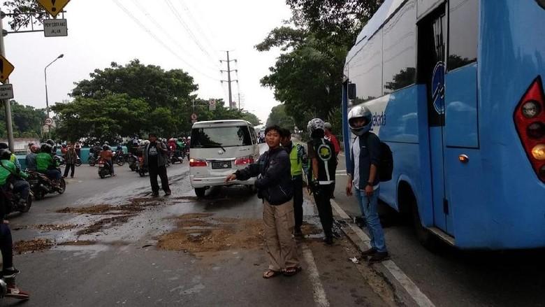 Bus TransJakarta yang Alami Oli Bocor Berhenti Operasi