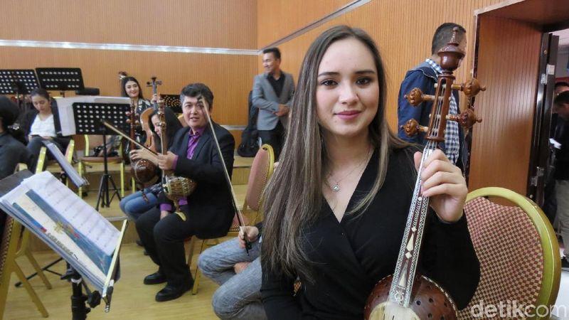 Cantiknya gadis Uyghur pemain Ghijek (biola tradisional) di Xinjiang Art Theater, Urumqi. Di Xinjiang, ada 56 etnis minoritas (Fitraya/detikTravel)