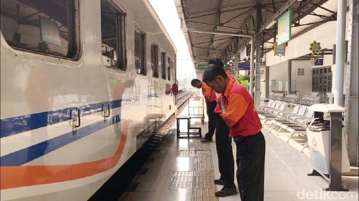 Porter-Pegawai di Stasiun Senen Lakukan Ini Tiap Kereta Berangkat