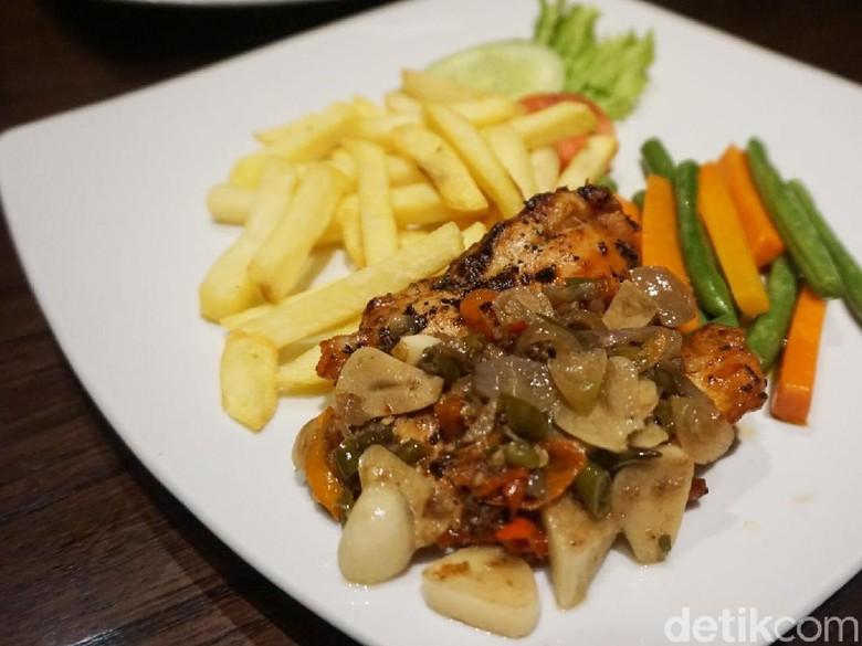 PAUSE: Chicken Steak Sambal Matah dan Nasi Bakar Pedas Mantap di Sini!