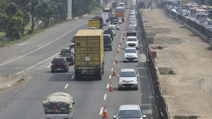 Pengendara mobil melintas di jalur contraflow ke arah Cikampek di ruas Tol Jakarta-Cikampek KM 37, Cikarang, Bekasi, Jawa Barat, Minggu (10/6). Jasa Marga bersama kepolisian memberlakukan contraflow dari KM 35+600 sampai KM 47 untuk mengurai kemacetan di jalan tol khususnya di sekitar rest area KM 39 karena banyaknya pemudik yang beristirahat. ANTARA FOTO/Hafidz Mubarak A/kye/18