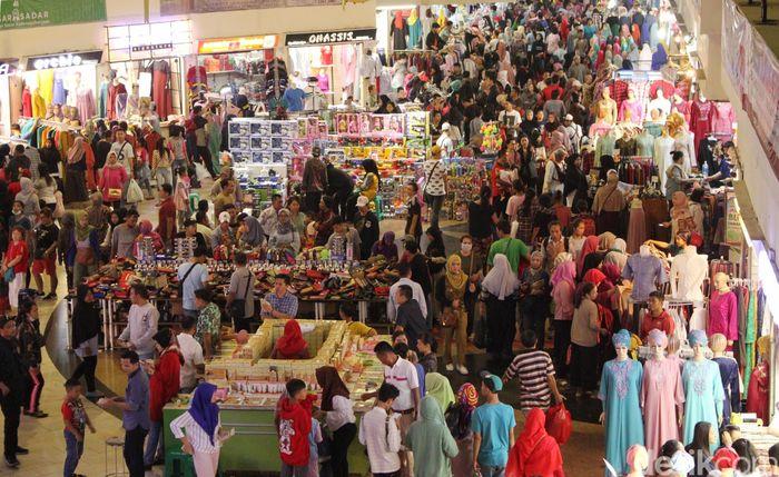 Pasar Tanah Abang mengalami peningkatan pengunjung hari ini, Selasa (12/6/2018).