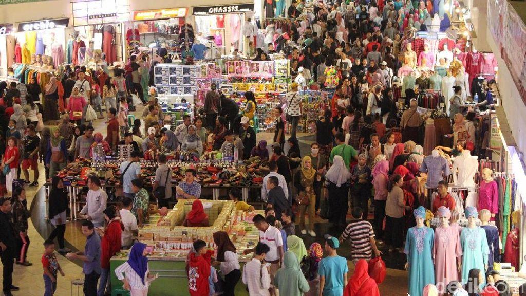 Jelang Lebaran Pasar Tanah Abang Diserbu Pembeli