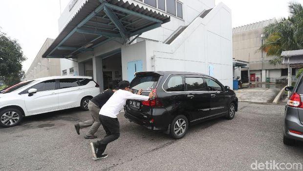 Setelah mogok mobil diisi dengan 1 liter bensin saja