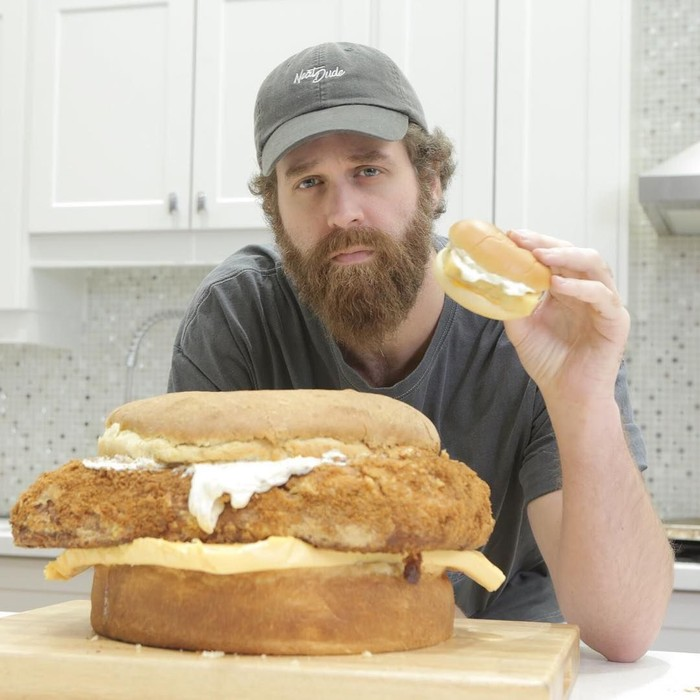 Pria berusia 32 tahun ini memang sering muncul di channel YouTube Epic Meal Time. Ia dan temannya memasak semua makanan berukuran jumbo ini. Foto: Instagram harleyplays
