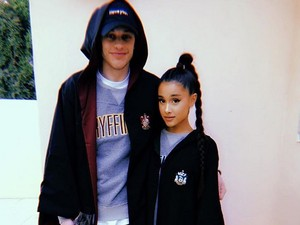 Ini Cincin Tunangan Ariana Grande dari Pete Davidson?