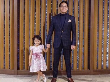 Saat Khanza jadi pendamping ayahnya di acara pernikahan. Cute banget sih gadis cilik yang satu ini.(Foto: Instagram @khanzariphat)
