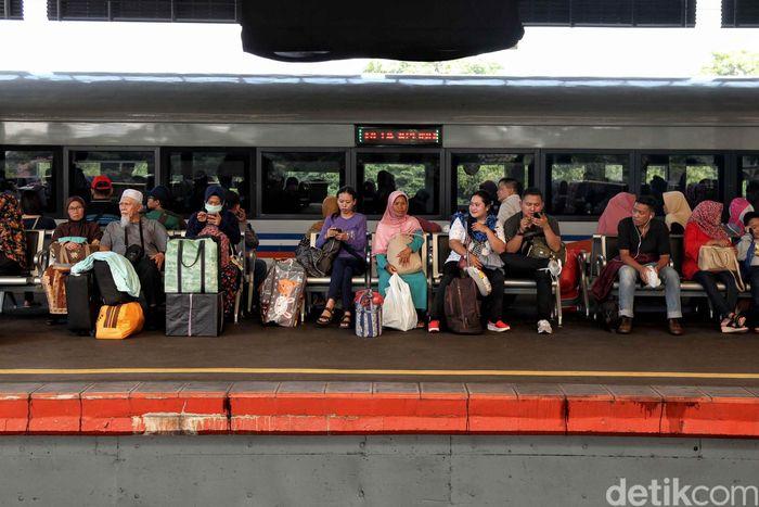 Begini suasana pemudik yang memadati Stasiun Gambir, Jakarta Pusat, Selasa (12/6/2018).
