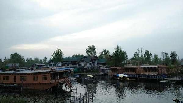 Melihat Kehidupan Muslim Manusia Perahu di Srinagar