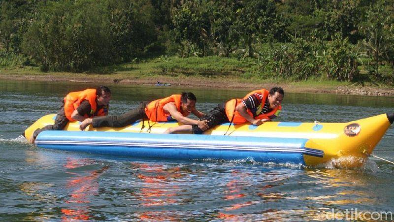 Bagi wisatawan yang mudik ke daerah Wonosobo, sempatkan mampir ke wisata air di Waduk Wadaslintang. Selain indah, terdapat juga aneka permainan air (Uje/detikTravel)