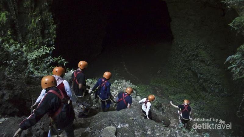 Persiapan memasuki gua. Traveler akan diajak turun 70 meter secara vertikal dari Gua Jomblang dengan tali (Leonard Anthony/dTraveler)