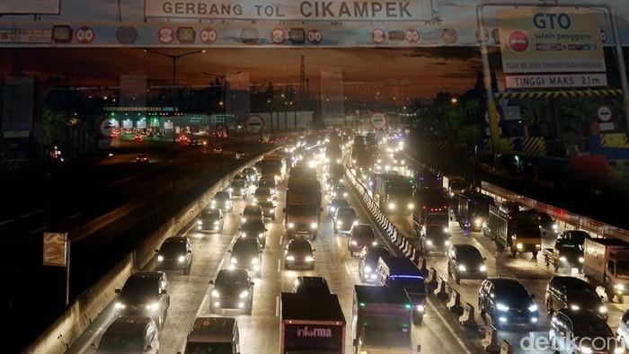 Macet sebabkan stres jadi pemicu tingginya hipertensi di DKI Jakarta? Foto: Ilustrasi macet Tol Cikampek malam hari (Zaki Alfarabi)