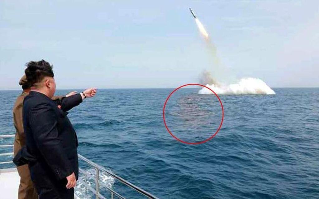 Tampak Kim Jong Un melihat misil Korut diluncurkan dari kapal selam. Pakar menyebutkan ini adalah hasil rekayasa karena bayangan di permukaan air tidak sesuai. Hanya untuk menakut-nakuti. Tapi itu dulu, mungkin sekarang Korut memang sudah bagus kapabilitas misilnya.Foto: Istimewa