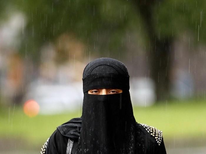 Seorang perempuan didenda Rp 22 juta karena pakai cadar. Foto: Getty Images