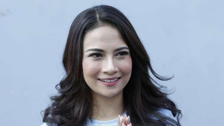 Vanessa Angel Cantik Berkaftan Biru