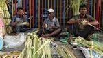 Penjual Ketupat Lebaran Ramai Diserbu Pembeli