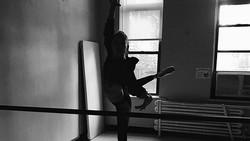 Pernah terlibat romansa dengan Justin Bieber, ternyata model Hailey Baldwin punya gaya sporty. Bahkan dulunya ia aktif dalam balet, bikin badannya lentur abis.
