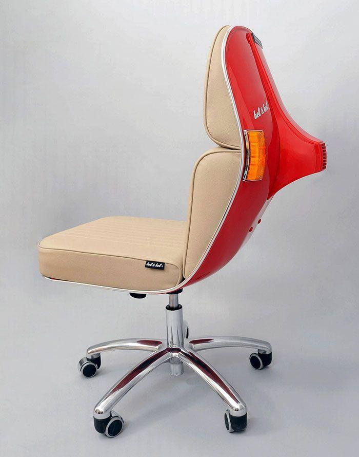 Kursi ini dibuat dari rangka sasi asli motor Vespa jadul. Istimewa/Boredpanda.