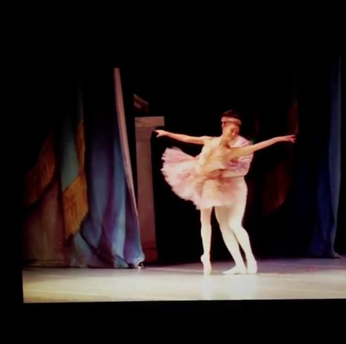 Di balik kesuksesannya bermodel, rupanya gadis cantik ini amat sangat piawai dalam melakukan balet. (Foto: Instagram/haileybaldwin)