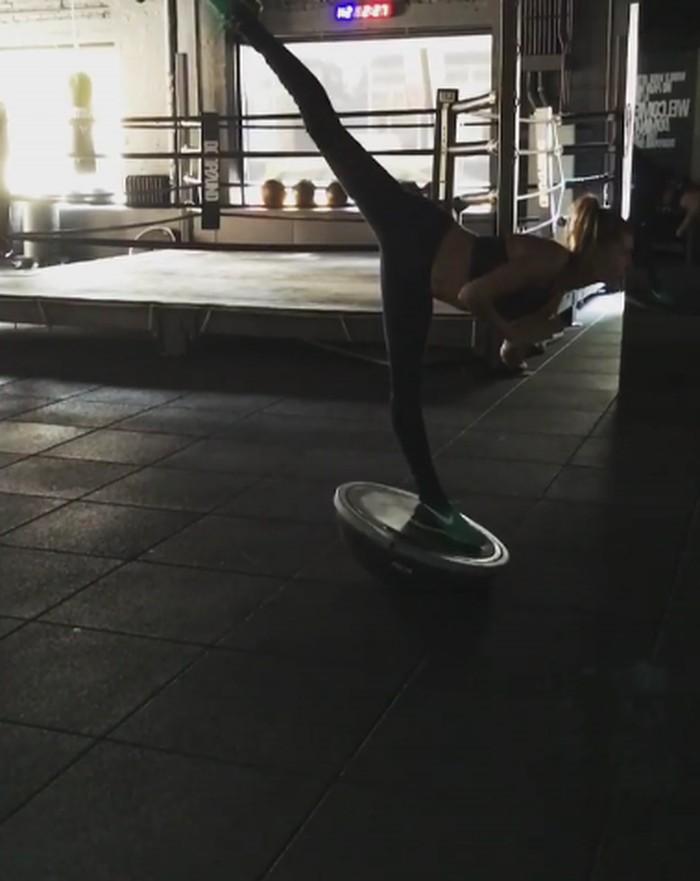 Demi menjaga kebugaran badan, Hailey juga kerap melatih keseimbangan tubuh di gym. (Foto: Instagram/haileybaldwin)