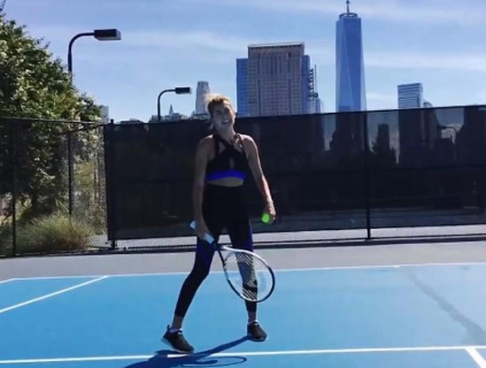 Tak hanya itu, Hailey yang juga kerap terlihat memakai pakaian sporty ini juga suka berolahraga tenis. (Foto: Instagram/haileybaldwin)