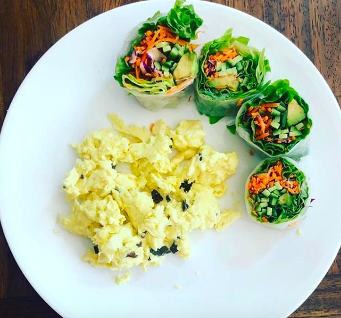 Memasuki usia 43 tahun, Preity masih tampak cantik dan awet muda. Ia gemar mengonsumsi makanan sehat seperti salad roll dan telur orak-arik saat sarapan. Nyamm! Foto: Instagram realpz