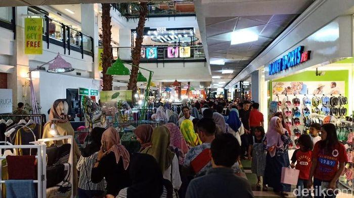 Warga Makassar Padati Mal/Foto: Ibnu Munsir