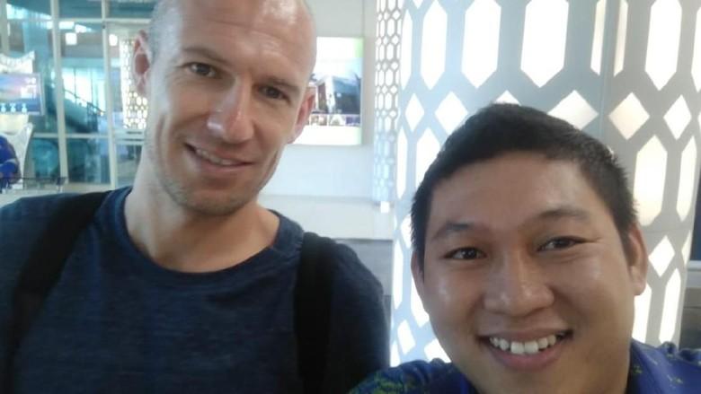 Foto: Arjen Robben di Bandara Komodo, Labuan Bajo (Istimewa)