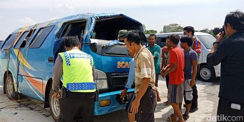 Penumpang Minibus Terguling di Tol Pejagan Alami Luka Ringan