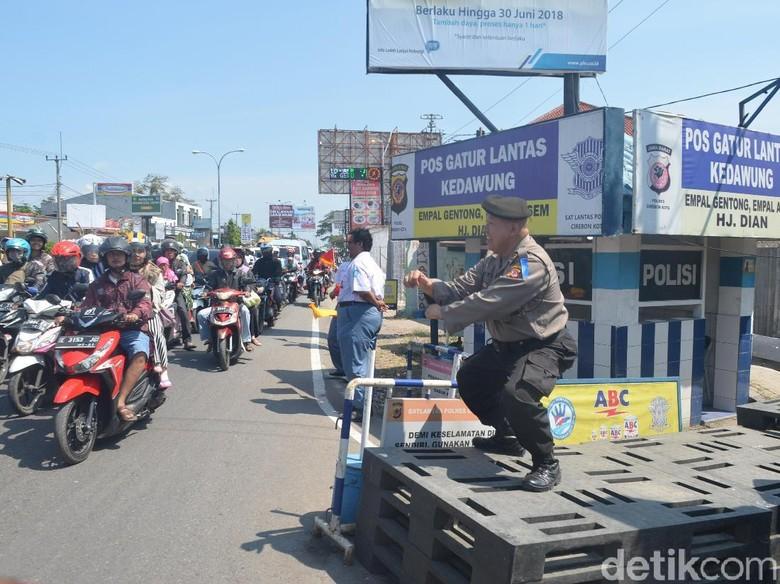 Polisi di Cirebon Ini Atur Lalulintas Sambil Bergoyang
