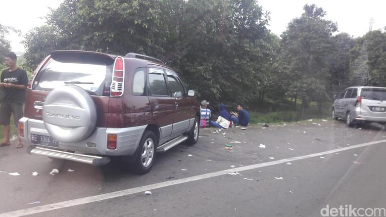 Jorok! Pemudik Buang Sampah di Pinggir Jalan Tol Cikampek