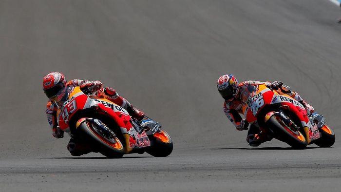 Marc Marquez dan Dani Pedrosa, dua rider Repsol Honda musim ini (Foto: Jon Nazca/Reuters)