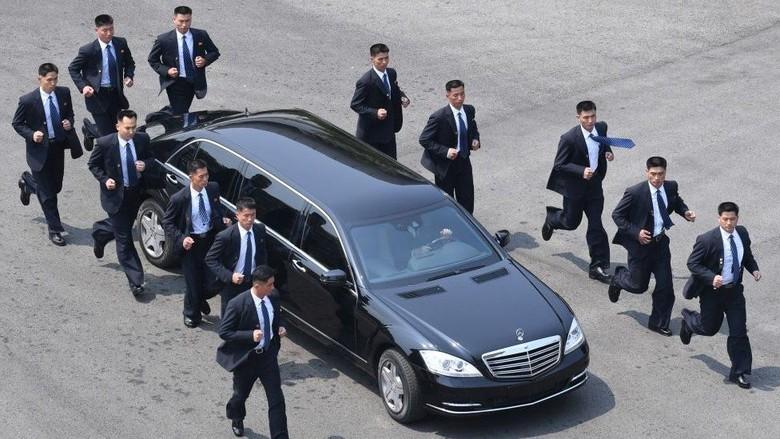 Siapa Para Pengawal yang Lari-lari di Sekeliling Limusin Kim Jong-un?