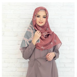 Tutorial Hijab dengan Scarf Segi Empat untuk Lebaran, Simpel dan Cantik