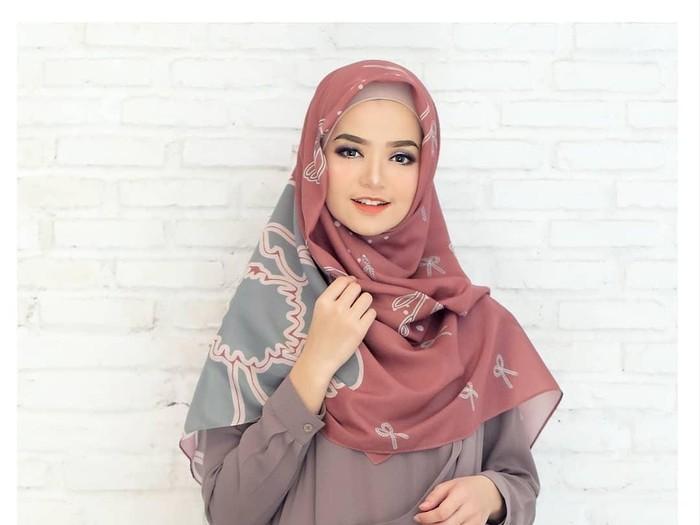 Tutorial Hijab Dengan Scarf Segi Empat Untuk Lebaran Simpel Dan Cantik