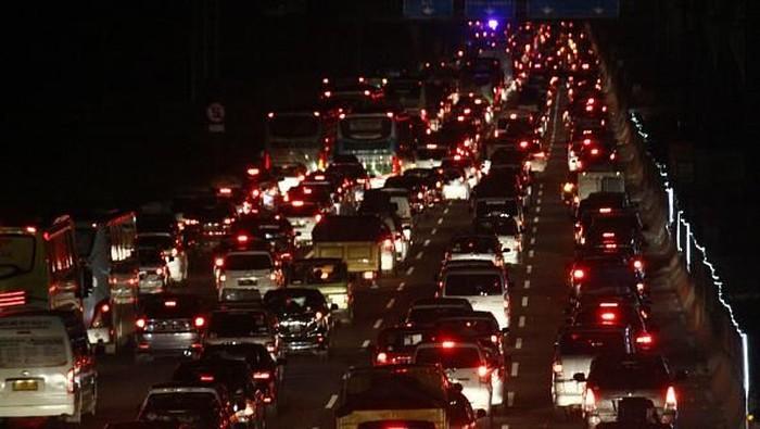 Memasuki H-2 lebaran, pemudik dari arah Jakarta memadati ruas Tol Jakarta-Cikampek. Kepadatan tersebut sudah terjadi sejak Selasa Malam (12/6/2018).