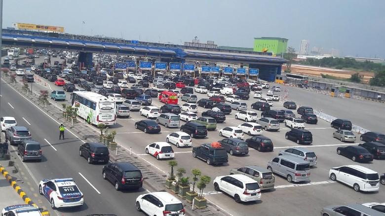 Tol Jakarta-Cikampek Dipadati Pemudik