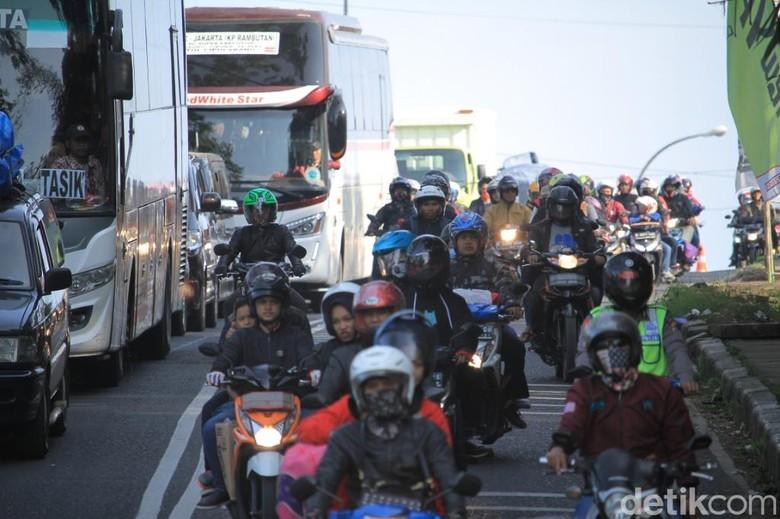 Macet 27 Km, Polisi Berlakukan One Way di Jalur Limbangan Garut